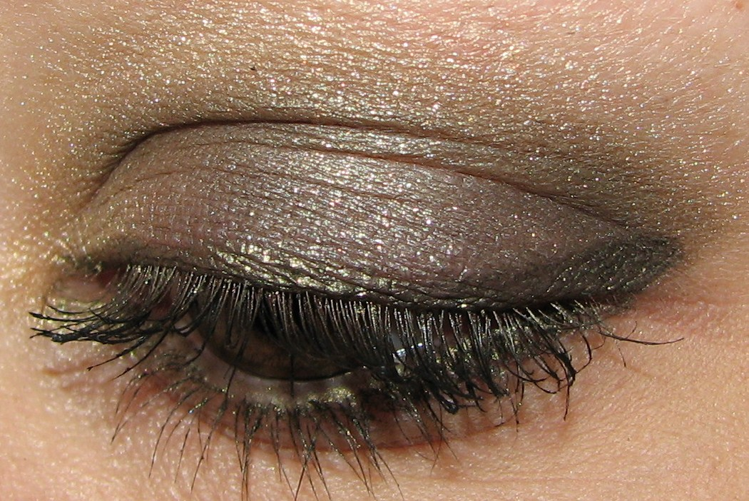 maquillage yeux verts tirant sur le kaki/marron Maquillage FORUM Beauté